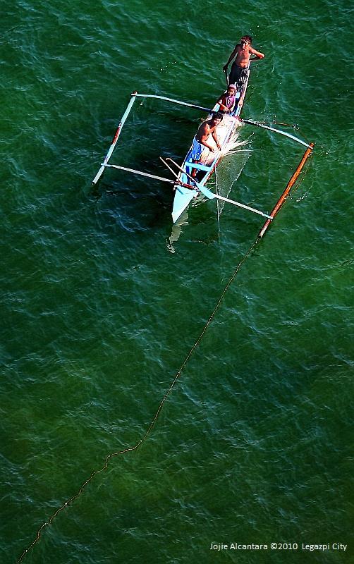 Fishermen at sea © Jojie Alcantara
