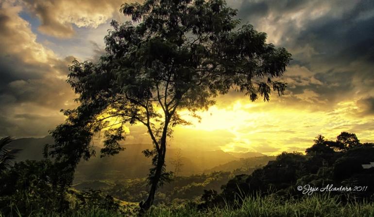 Sunset over the valley   © Jojie Alcantara