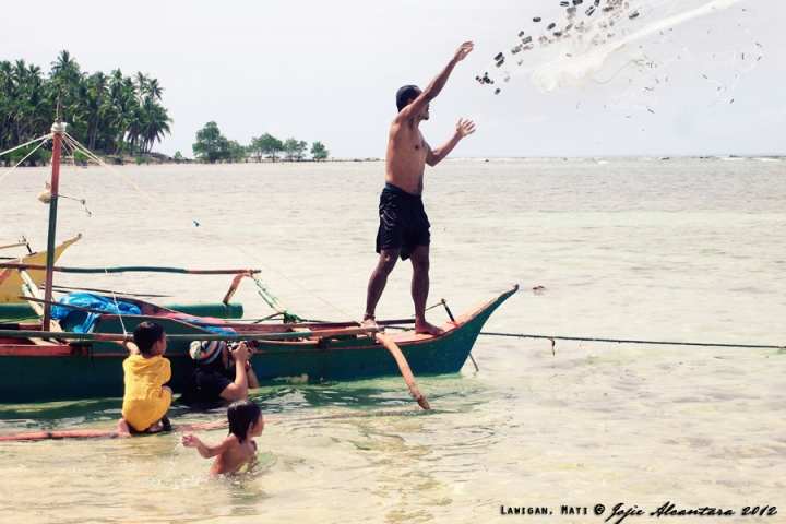 Jojie Alcantara capturing fisherman throwing his net