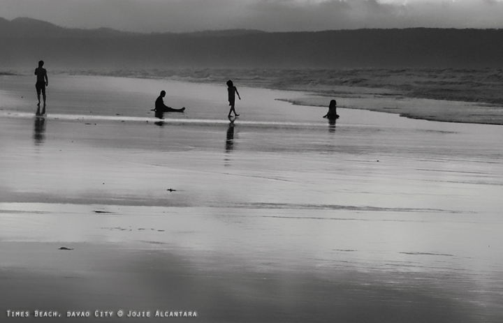 Silhouettes on the shore © Jojie Alcantara