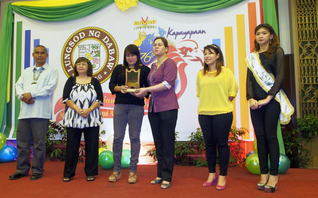 Receiving an award of recognition from the City Mayor  © Jojie Alcantara