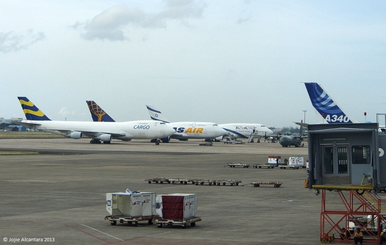 Cargo planes for relief in Mactan Airport  © Jojie Alcantara