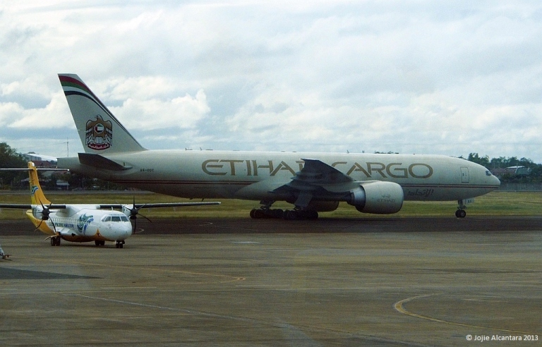 Cargo plane for relief effort in Mactan Airport © Jojie Alcantara