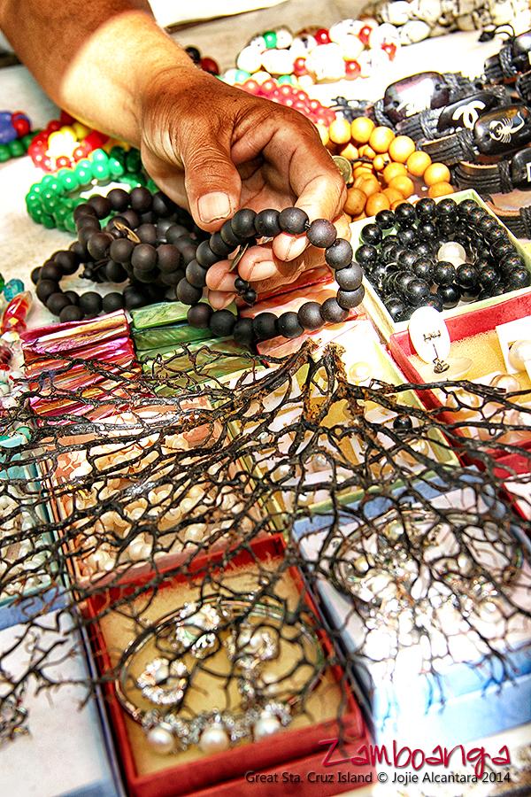 Vendors sell bracelets made from endangered black corals © Jojie Alcantara