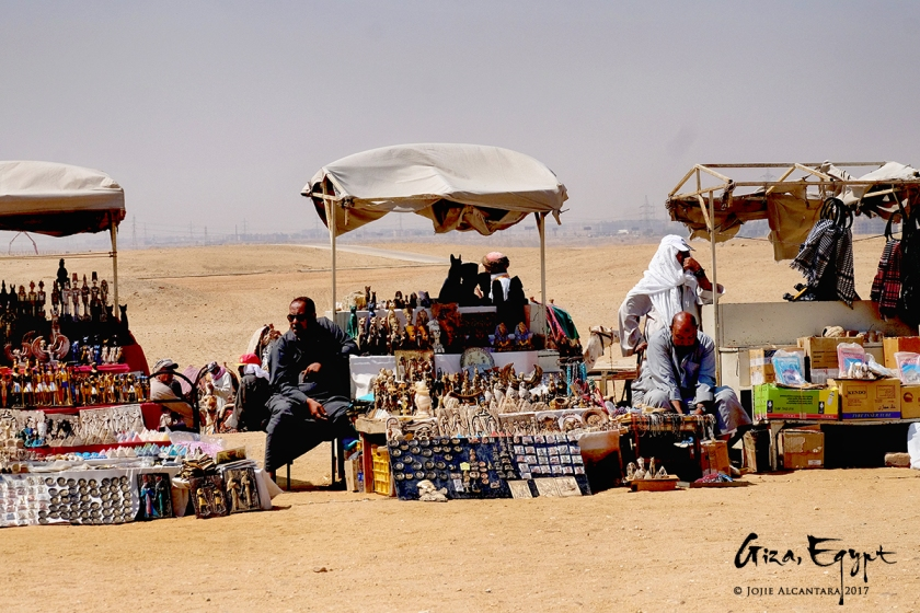 Egyptian peddlers in souvenirs stalls in Giza © Jojie Alcantara